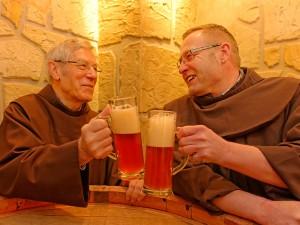 Wie vor 500 Jahren: Zwei glückliche Franziskaner genießen im Bierkeller ein frisches Bier (Bruder Martin (links) und Bruder Johannes Matthias).
