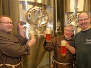 Das neue Bier ist im Gärtank und die Brüder nutzen die Gelegenheit