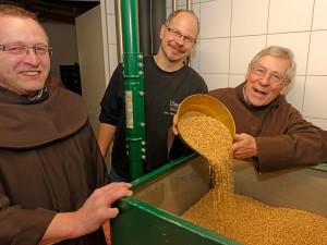 Vor dem Brauen muss das Malz geschrotet werden. Bruder Johannes Matthias (links), Norbert Winkelmann und Bruder Martin an der Schrotmühle