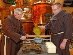 Bruder Martin (links) und Bruder Johannes Matthias wiegen den Aromahopfen ab